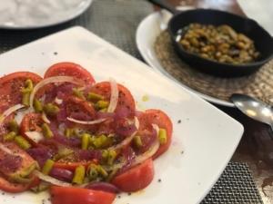 Tomate piparras, dulc cebolletas y pistachos escabechados