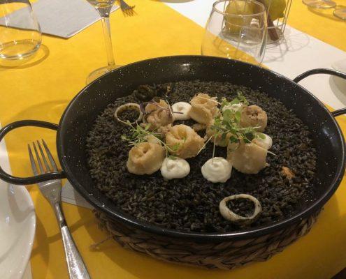 plato de arroz negro con chipirones y alioli