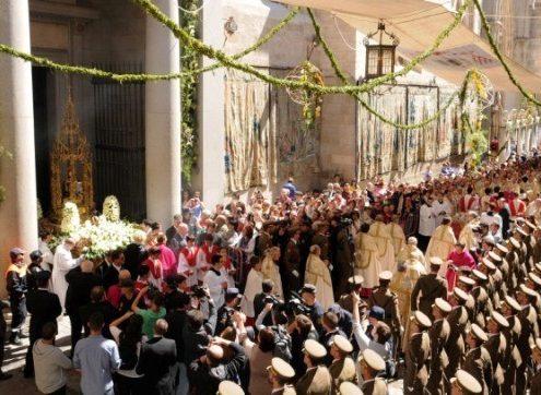 Custodia saliendo de la catedral