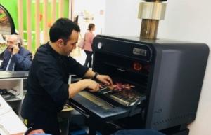 Carlos Torres cocinando