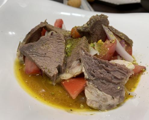 Los platos de carne de crianza propia son una de las especialidades del restaurante