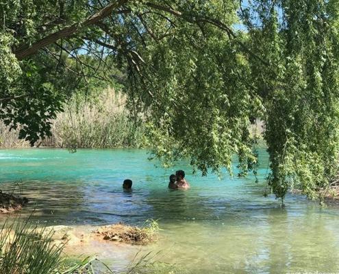 En verano es habitual que la gente acuda a bañarse a las Lagunas de Ruidera